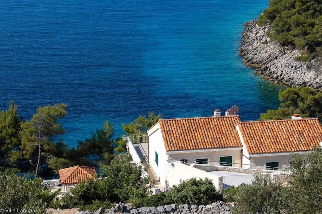 Die Villa Laguna trennen nur Treppen vom Meer
