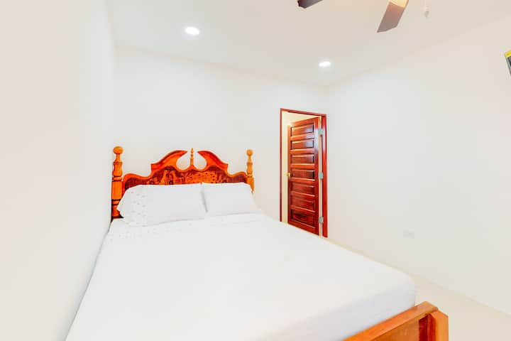 Romantic studio in a gated area with partial AC, WiFi & shared tennis court!