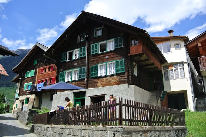 Double room in traditional Chalet - Madrano (Airolo) - Cabaña