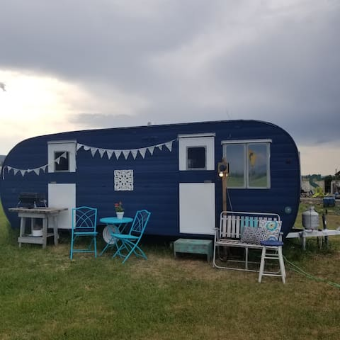 Tiny house glamper! Private country cottage!