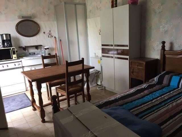 Chambre dans petite maison indépendante