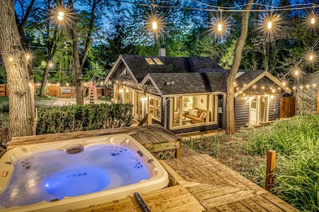 Secluded, fenced cottage w/ dune top hot tub near hiking, dog friendly