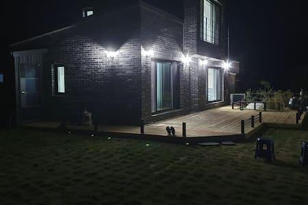 달빛하우스 도심속 아늑하고 조용한 작은마을 바베큐시설완비 월영교 차로3~4분.안동역5분