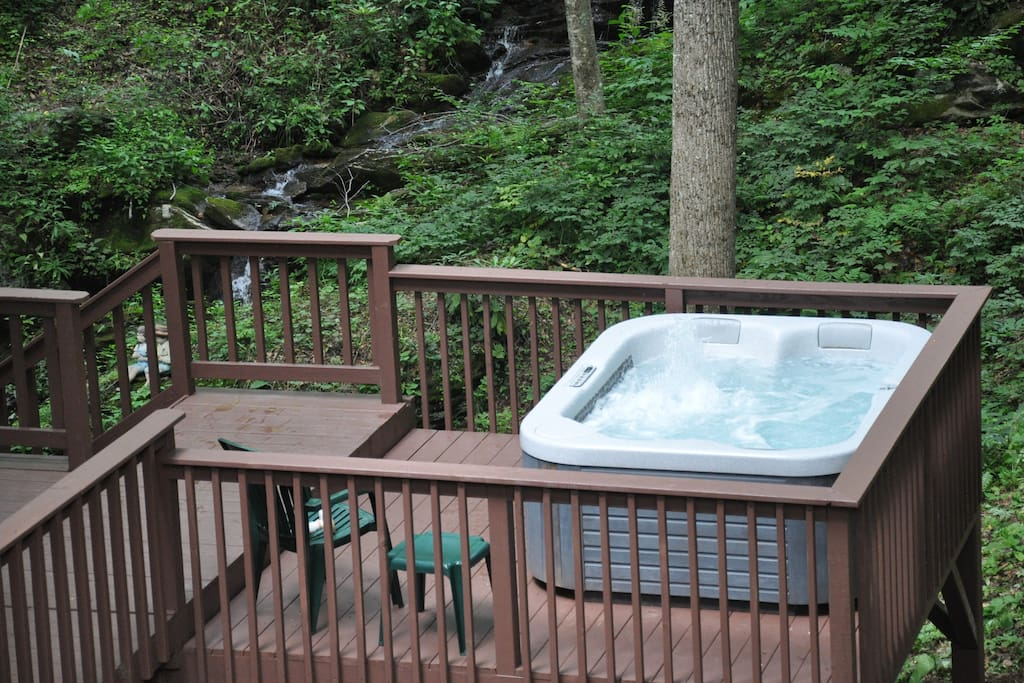 Hot tub overlooking the falls!!