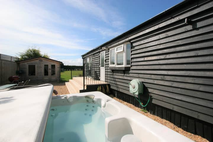 Granary Lodge · Countryside Lodge with Hot Tub!