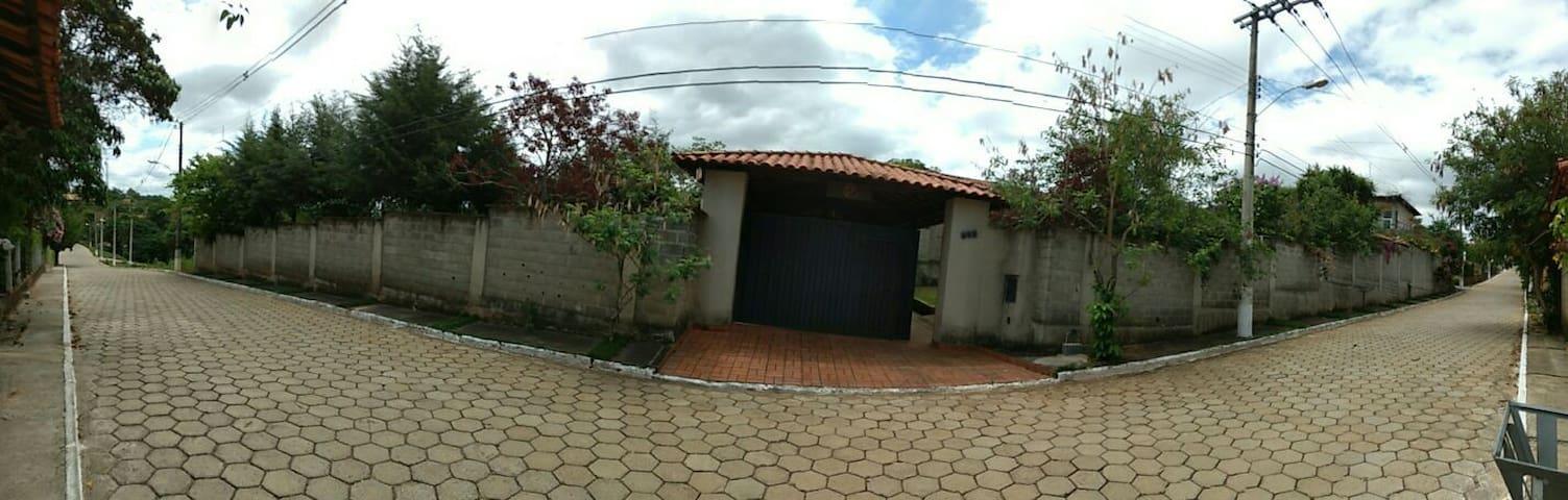Casa de campo condômino fechado - Ribeirão das Neves - Cabaña