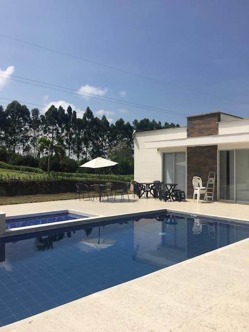 casa principal y piscina