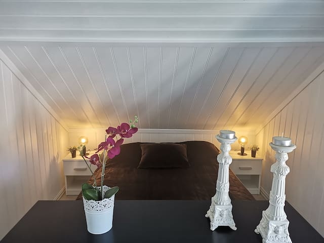 Sovekrok i stua med ny dobbeltseng (150x200) kjøpt i juli '19. Godt leselys, men samtidig gir lampene lunt og godt lysforhold i rommet.