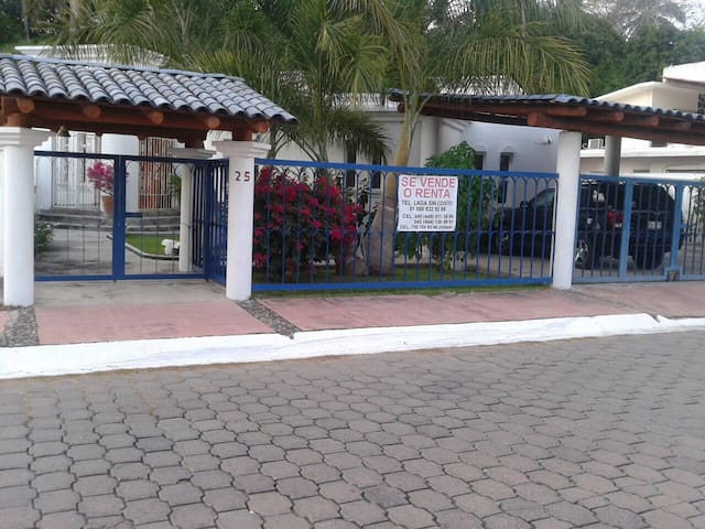 Casa Ixtapa a 3 cuadras de la playa - Ixtapa-zihuatanejo - Casa