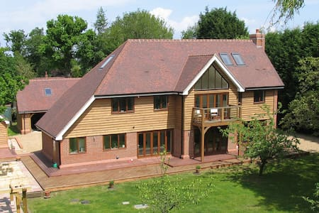 Luxurious 5-bed home with a cottage if required - Pease Pottage - House