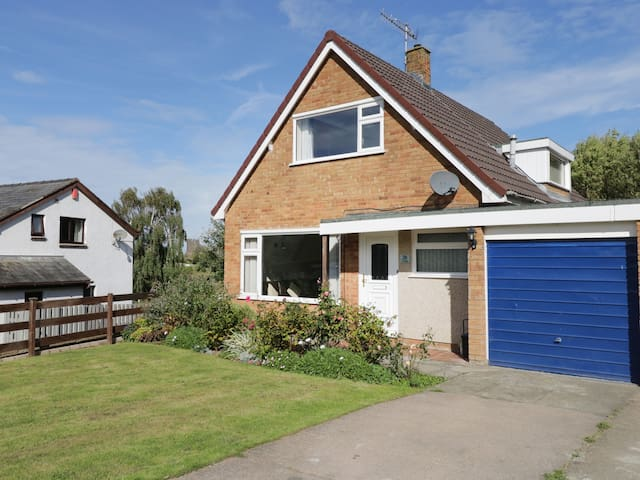 CASTLE VIEW COTTAGE, pet friendly, with a garden in Conwy, Ref 991344