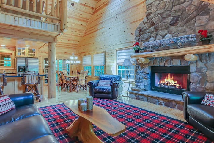 Log cabin on a wooded cul-de-sac w/ private hot tub and shared pool!