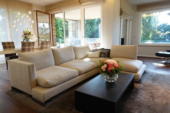 Stylish Luxe Apartment (15min Messe & Airport)