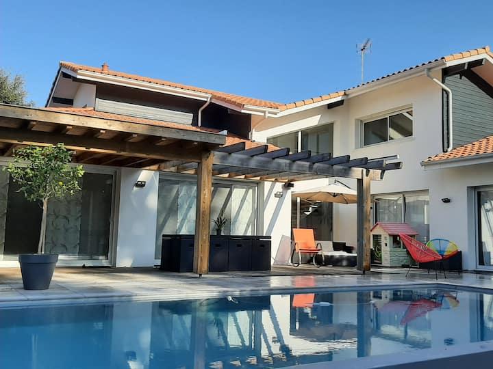 Villa avec piscine chauffée à 10mn des plages