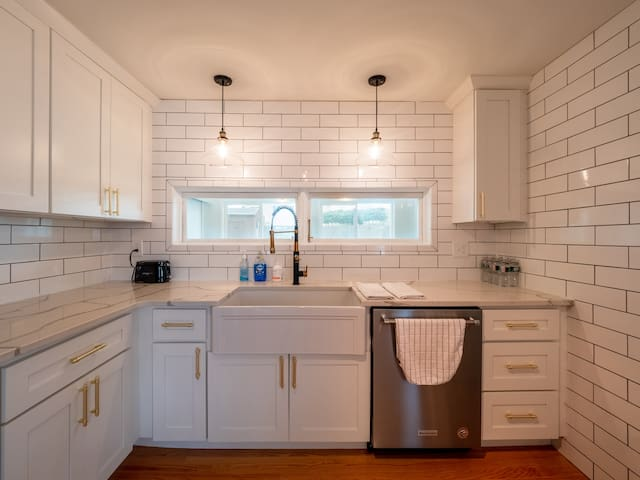 Brand newly renovated bungalow near BROWN and RISD