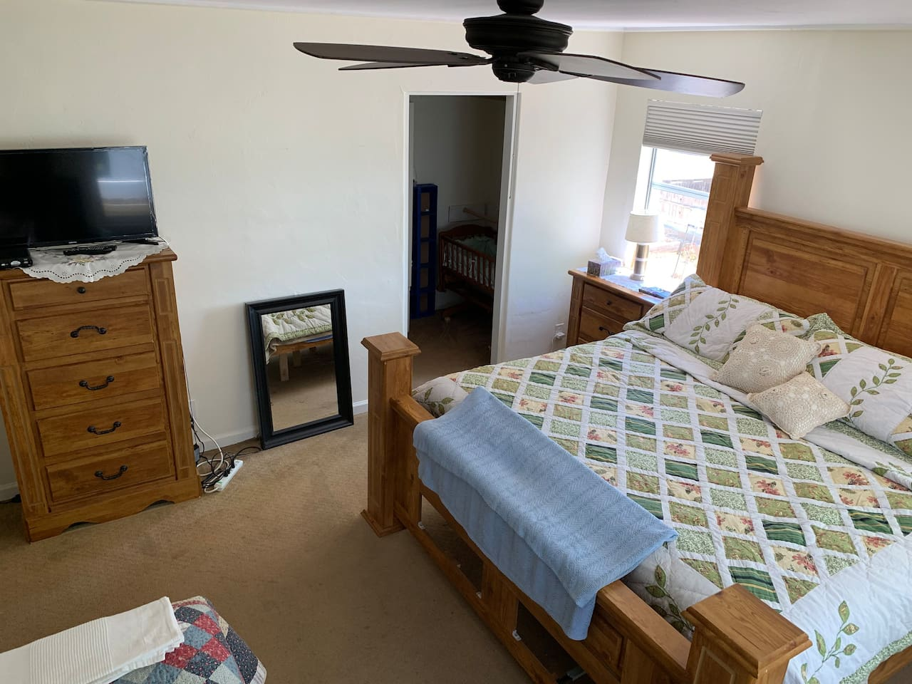CALIFORNIA king bed :)  The room is very spacious and it has one TV. It is very well lit and it has a cool breeze coming through 3 windows. The fan is strong and the windows look to the the side patio and to the garden .