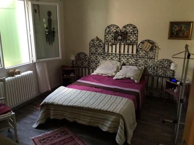 Chambre privée dans une maison en Rez de jardin
