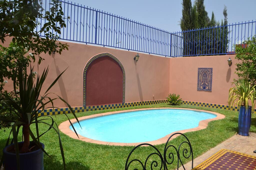 jardin avec piscine privée plus barbecue et table a manger