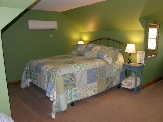 "Queen bed and 2 twins in ""the Green Room"" - Blue Springs - Bed & Breakfast"