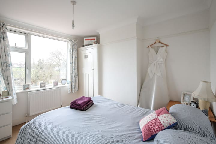 Great double room in a welcoming home. - London - Hus