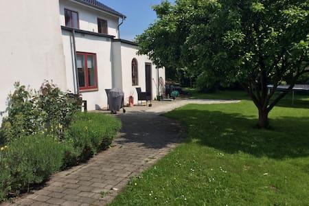 Stor skøn villa i landsby tæt på det hele - Hovedgård