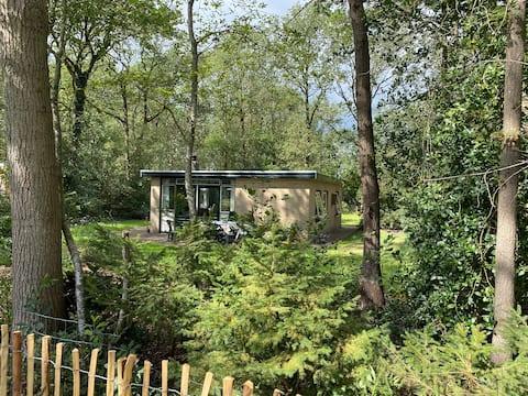 Sfeervolle bungalow met ruime tuin, bos + meertjes