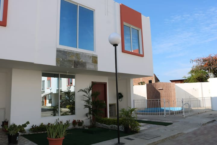 Moderna y acogedora casa en Manta cerca de todo.