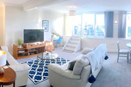 Scarborough Penthouse with balcony, lift & parking