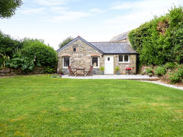 THE COTTAGE, pet friendly, with a garden in Newquay, Ref 956968
