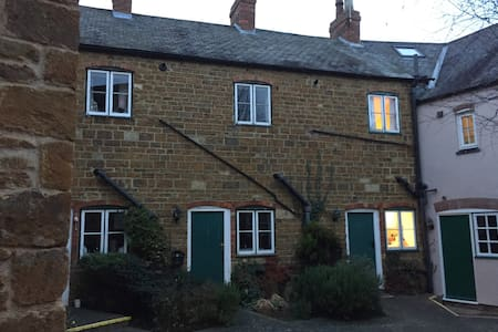 Old cottage great location - Rothwell