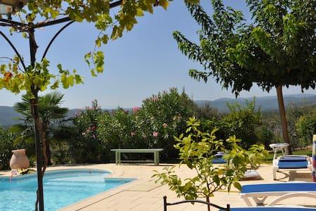 studio avec vue imprenable sur Provence verte - Carcès