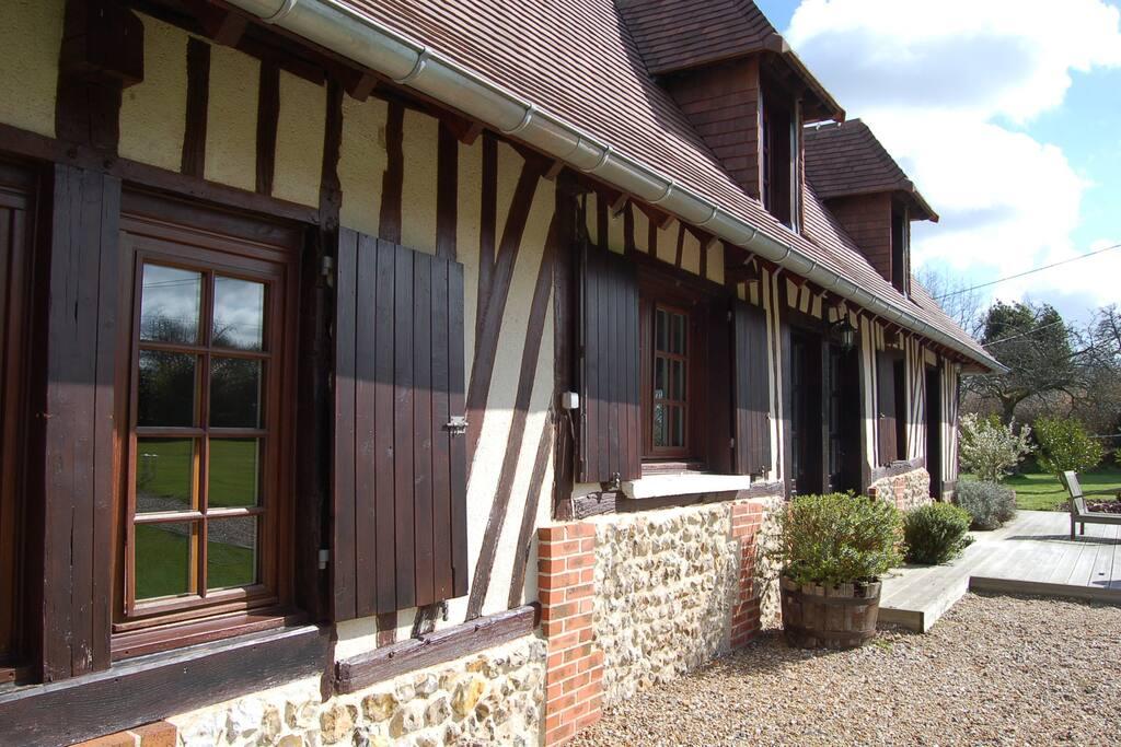 La façade typique en briques, silex et colombages