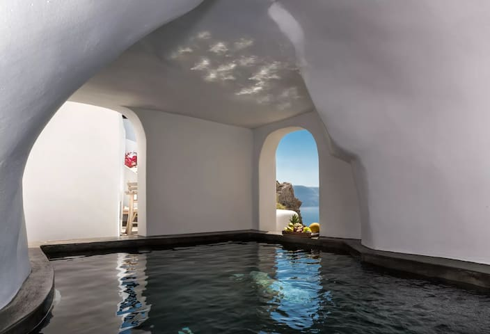 Deluxe Suite | Cave Pool & Caldera View