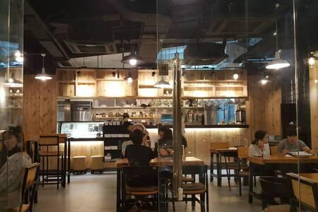 [B] Deluxe & Warm BAR 4kTV nice bedRm 2-3 ppl - Hong Kong - Apartment