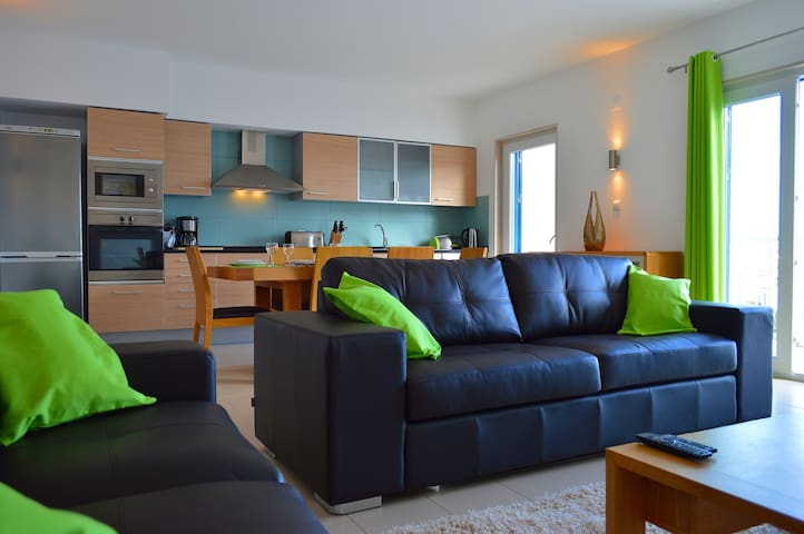 Modern Apartment For up to 6