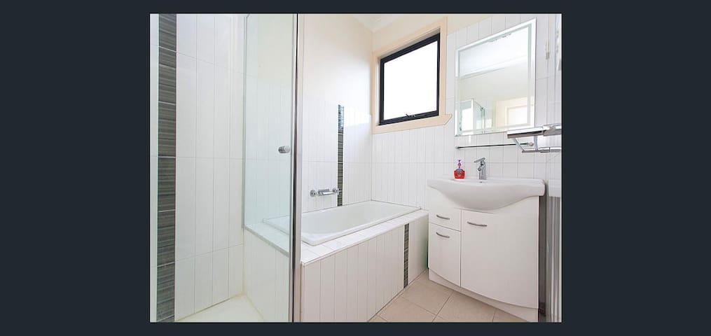 Nice modern home locale free wifi - Footscray - House
