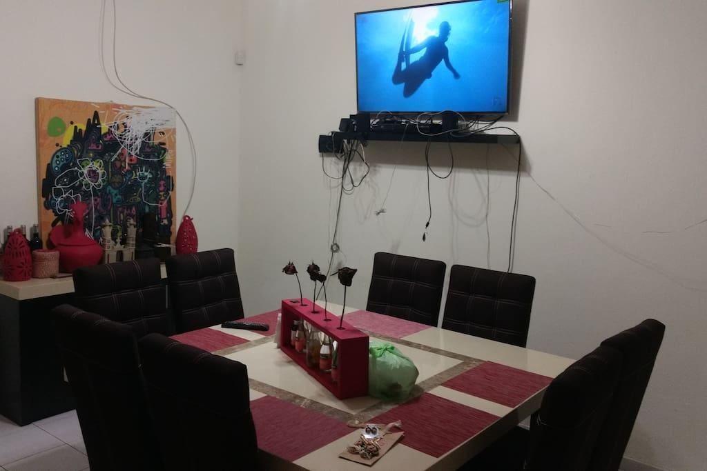 Comedor amplio con loza y cubiertos incluidos, tv 50 con blue Ray y home theather.
