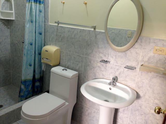 Baño privado completo, con ducha de agua caliente