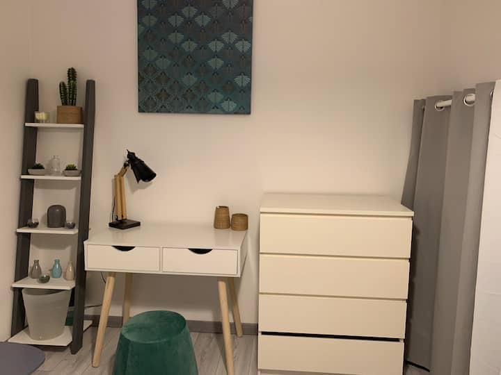 Chambre lit double + accès sdb,wc, cuisine,l.linge