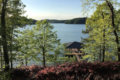 Charming lakefront cottage on Lake Lanier w/dock