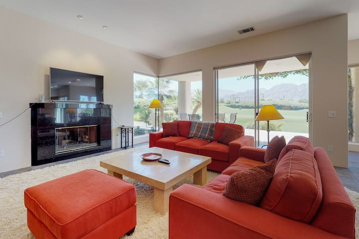 Bright & spacious golf course home w/shared pool, hot tub & tennis