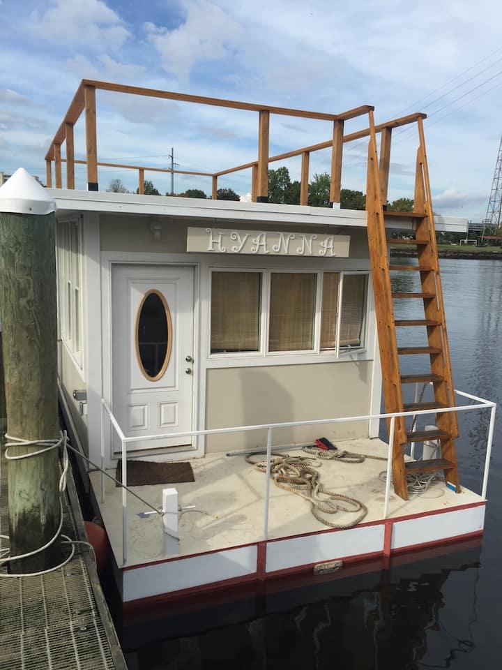 Houseboat Hyanna - A Tiny House - Heated