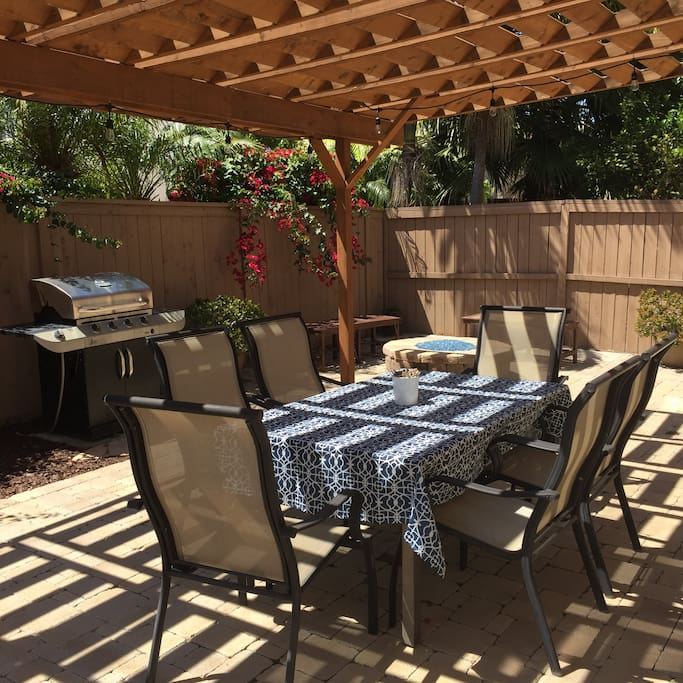 Backyard patio w/grill and firepit