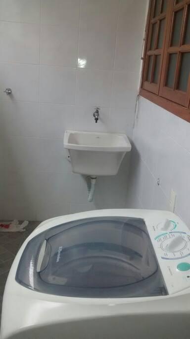 Área de serviço com maquina de lavar