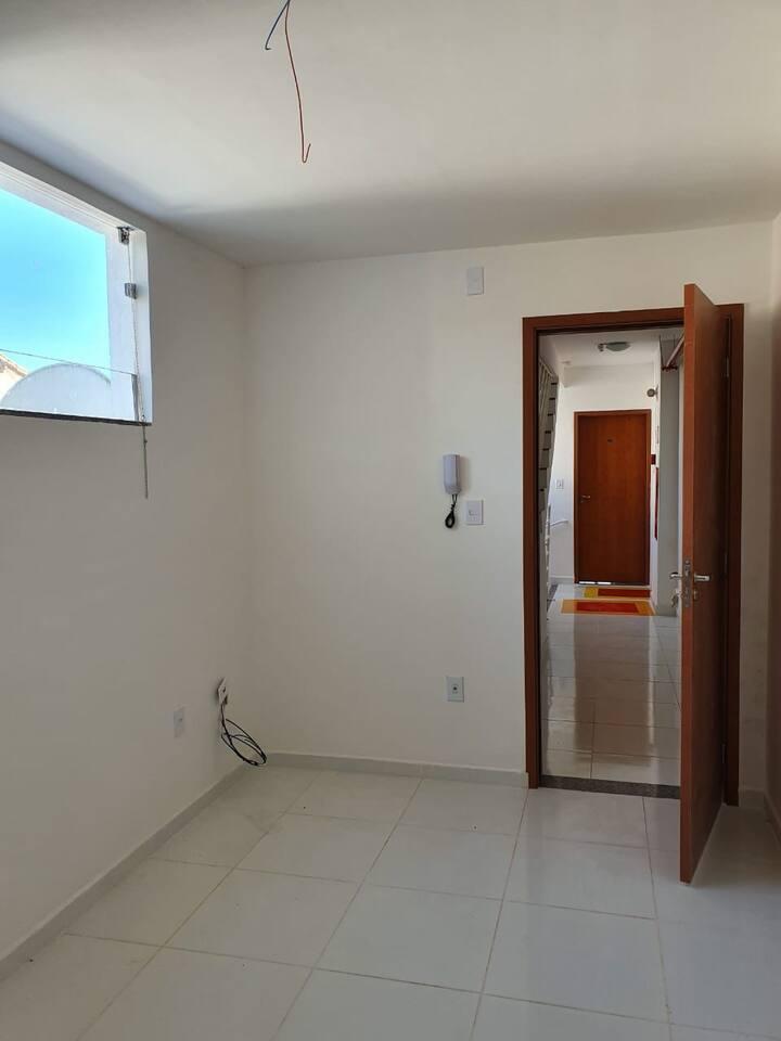 Apartamento arejado, iluminado para até 2 pessoas.
