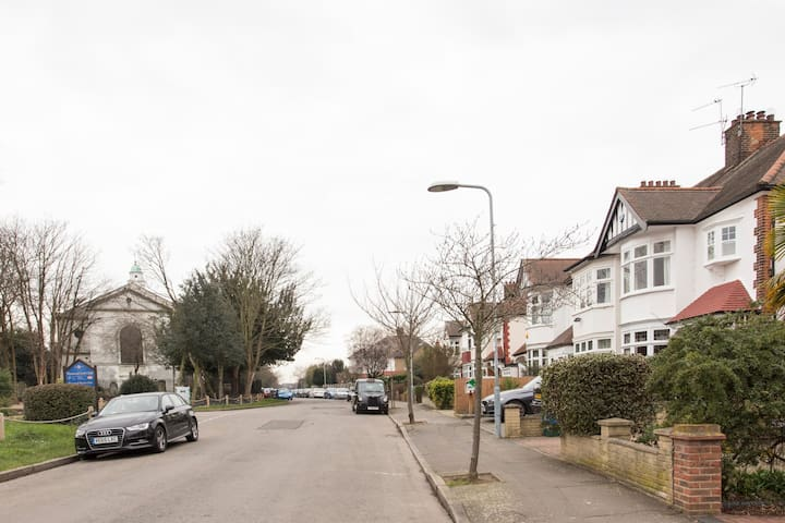 Lovely, large family home, quiet street,tube close