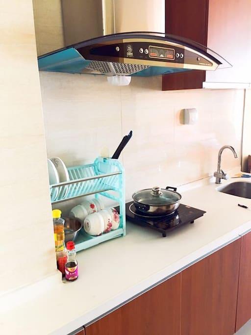 厨房 锅碗瓢盆基本都有,煮个海鲜大餐没问题!