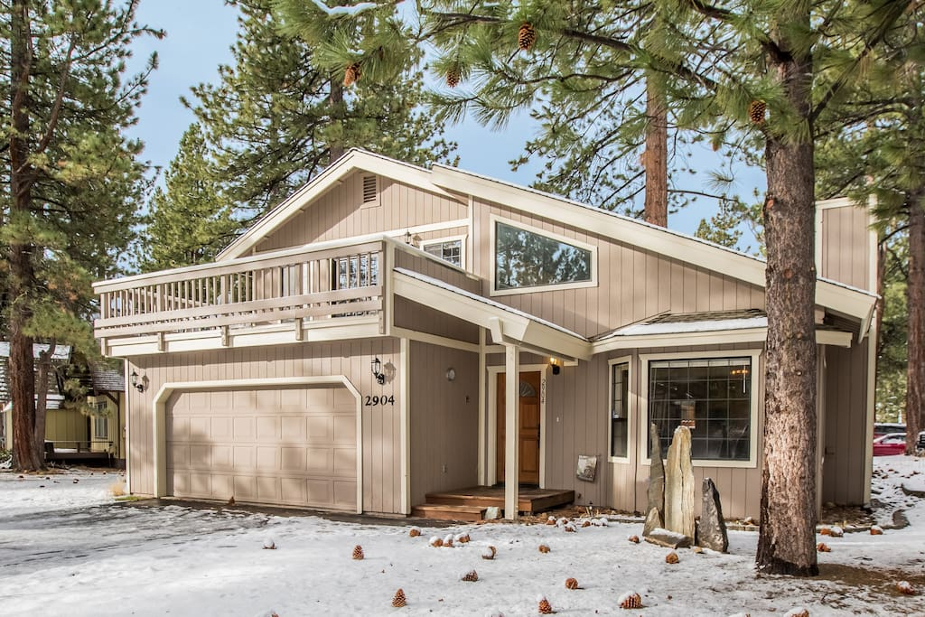 This Wintershire wonderland is a 3.5 bedroom/2 bathroom home that's close to everything Tahoe has to offer!