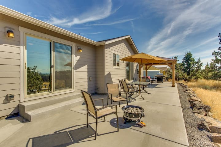 Upscale family home w/ fireplace, patio, gourmet kitchen, and mountain views