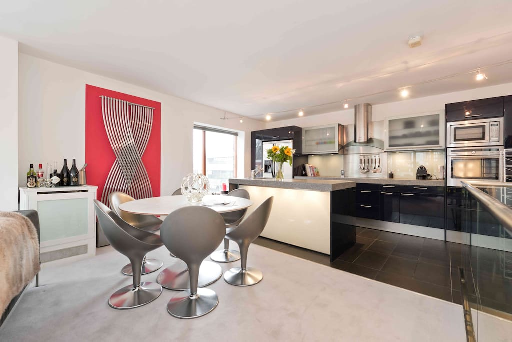 Very comfy and bright kitchen area for you to eat or work. Beautiful views.